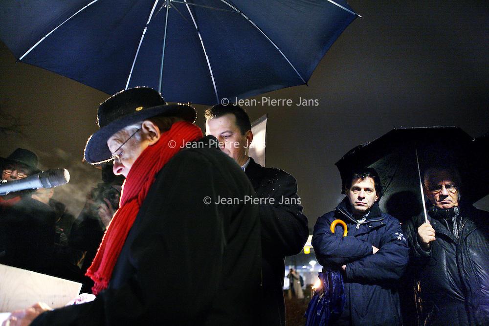 Nederland, Amsterdam , 23 januari 2010..Woensdag 27 januari 2010 is het 65 jaar geleden dat Auschwitz werd bevrijd. Vanaf zaterdagavond 23 januari 21.00 uur tot woensdagavond worden in totaal 102.000 namen opgenoemd van Joden, Sinti en Roma, die in vernietigingskampen zijn omgekomen. De namen worden 112 uur lang continu, dag en nacht, voorgelezen: zoals in doorgangskamp Westerbork, in het Spoorwegmuseum in Utrecht en op station Amsterdam-Muiderpoort: waar slachtoffers op transport naar Westerbork gingen..Sobibor-overlevende Jules Schelvis begint op Amsterdam-Muiderpoort om 18.30 uur met het voorlezen van de eerste namen van de slachtoffers. Tussen 3 oktober 1942 en 26 mei 1944 werden vanaf dit station ruim 11.000 Joden naar Westerbork vervoerd, onder wie Schelvis. De lezers reizen zaterdagavond met verschillende bussen vanuit Amsterdam, Alkmaar, Rotterdam, Middelburg en Maastricht naar Herinneringscentrum Kamp Westerbork, initiatiefnemer van de actie, samen met het Nederlands Auschwitz Comité. In de bus leest iedereen tien minuten namen van slachtoffers op..Op de foto zien we Nederlands journaliste, presentatrice Marga van Praag (l) Jules Schelvis, overlevende van Tweede Wereld Oorlog kamp Sobibor(midden) acteur Jeroen Krabbé en politicus.Foto:Jean-Pierre Jans