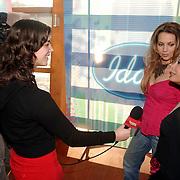 NLD/Baarn/20051229 - Persconferentie finalisten Idols 2005, Marescha en Charissa worden geinterviewd door SBS SHownieuws