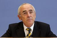 07 OCT 2004, BERLIN/GERMANY:<br /> Gerrit de Briun, Vorstandsvorsitzender Verband der Cigarettenindustrie e.V., waehrend einer Pressekonferenz, Bundespressekonferenz<br /> IMAGE: 20041007-01-078