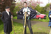 David ~Kirke and Richard Wicks, David Kirke at the First human trebuchet. Neverstowey. 24 April 2000<br />© Copyright Photograph by Dafydd Jones 66 Stockwell Park Rd. London SW9 0DA Tel 020 7733 0108 www.dafjones.com