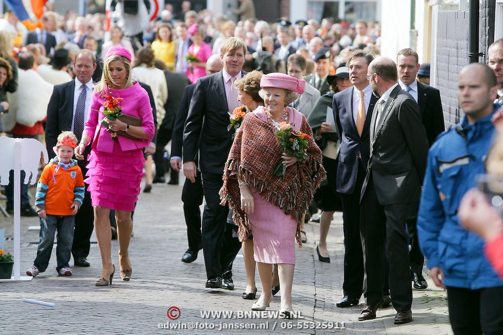 NLD/Makkum/20080430 - Koninginnedag 2008 Makkum, koninging Beatrix en Maxima en Willem Alexander wandelend door de straten van Makkum