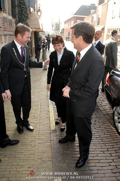 NLD/Naarden/20070406 - Mattheus Passion 2007, aankomst van premier Jan Peter Balkenende en partner Bianca Hoogendijk, verwelkomt door burgmeester Peter Rehwinkel