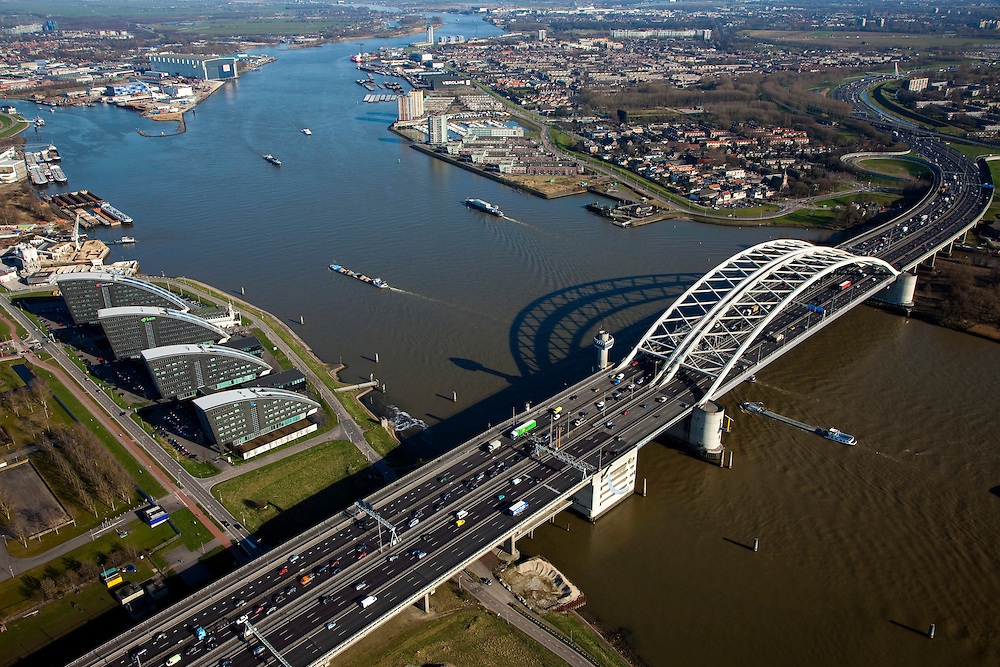 Nederland, Zuid-Holland, Rotterdam, 20-03-2009; Van Brienenoordbrug over de Nieuwe Maas, met autoweg A16 gezien naar het Zuidoosten (richting Ridderkerk). Linksboven de afsplitsing van de Nieuwe Maas, de Hollandsche IJssel. Midden links kantoren aan het water in Kralingse Veer (deelgemeente Prins Alexander), rechts flats en eengezinswoningen in Oud-IJsselmonde en Beverwaard.  Air view on the river Meuse of Rotterdam Bottom the double bridge (Van Brienenoord) of the motorway A16, connecting the north and the south bank of the river. The river branches off into two rivers (top left)..Swart collectie, luchtfoto (toeslag); Swart Collection, aerial photo (additional fee required).foto Siebe Swart / photo Siebe Swart