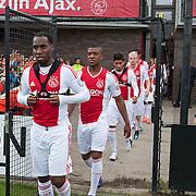 Een paar honderd fans waren getuigen van de eerste veldtraining van Ajax van het nieuwe seizoen op Sportpark de Toekomst te Amsterdam. Fans konden onder andere op de foto met de Kampioenschaal. Ajax voegde de nodige jeugdspelers toe aan de selectie. Zo behoren miv. het nieuwe seizoen definitief tot de hoofdselectie: Davy Klaassen; Joel Veltman; Stefano Denswil en doelman Mickey van der Hart. Foto JOVIP/JOHN VAN IPEREN