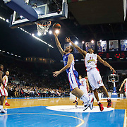 Anadolu Efes's Stratos Perperoglou (C) and Olympiacos Piraeus's Tremmell Darden (2ndR) during their Turkish Airlines Euroleague Basketball Top 16 Round 5 match Anadolu Efes between Olympiacos Piraeus at Abdi ipekci arena in Istanbul, Turkey, Thursday January 29, 2015. Photo by Aykut AKICI/TURKPIX