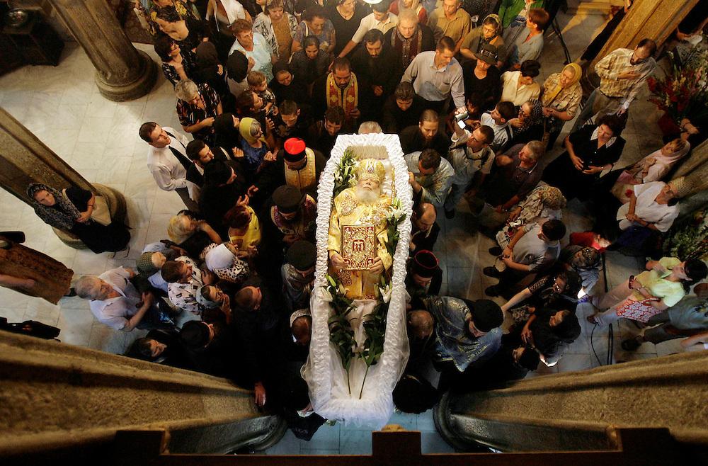 Trupul neinsufletit al Patriarhului Teoctist este scos din Catedrala Patriarhala din Bucurestim, marti, 31 iulie 2007. Patriarhul Teoctist a decedat, luni, in urma unui stop cardiac. BOGDAN MARAN / MEDIAFAX FOTO