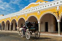 Mexique, Etat du Yucatan,  Ville jaune de Izamal, Couvent de San Antonio de Padua, Voiture a cheval // Mexico, Yucatan state, Izamal, yellow city, Convento De San Antonio De Padua, Convent of San Antonio De Padua, Monastery