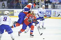 Ishockey , OL-kvalifisering<br /> 04.09.16 , 20160904<br /> Norge - Frankrike<br /> Mattias Nørstebø passerer Tommy Kristiansen <br /> Foto: Sjur Stølen / Digitalsport