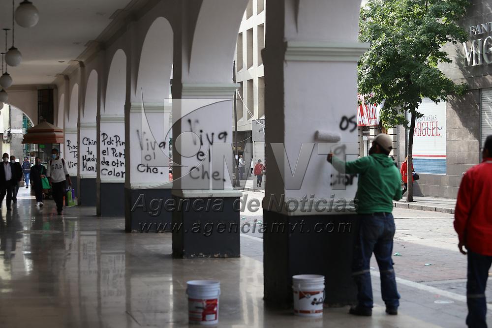 Toluca, México.- Personas no identificadas vandalizaron los portales de la ciudad con pintas y leyendas alusivas a funcionarios municipales y un candidato a la presidencia; empleados de servicios generales realizaron la limpieza y pintado. Agencia MVT / Ramsés Mercado.