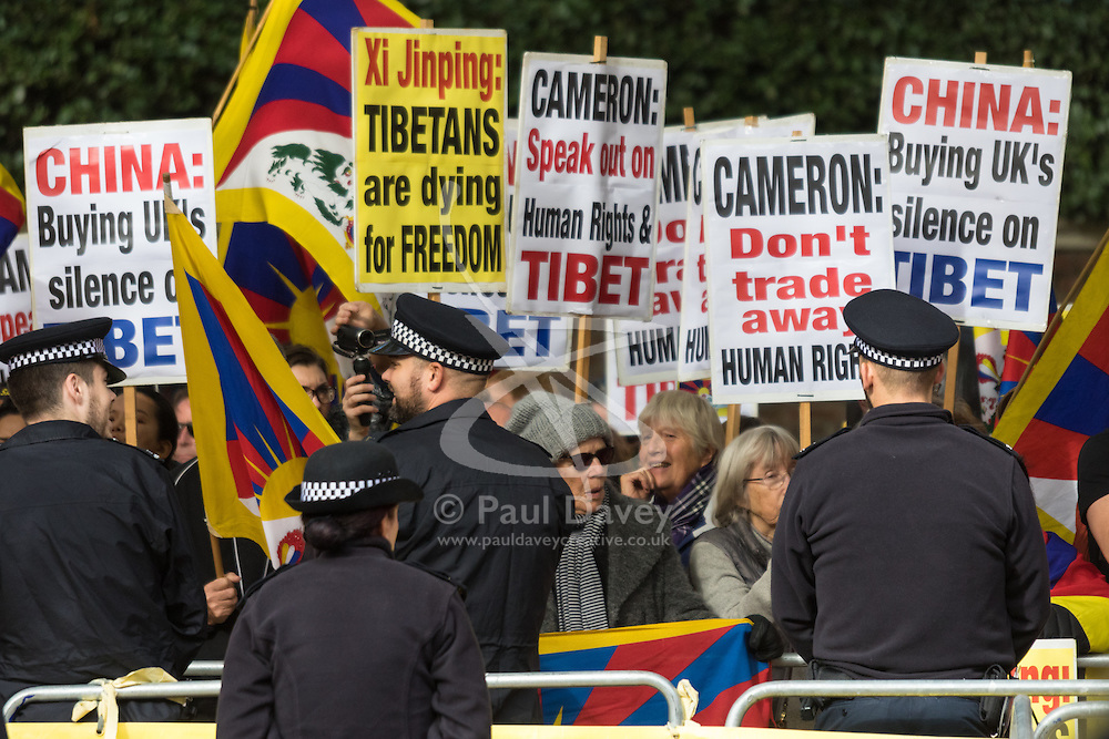 London, October 20th 2015. Following a Ceremonial welcoming to the UK by the Queen and The Duke of Edinburgh at Horse Guards Parade, a procession of carriages travels down the Mall past thousands of Chinese expatriates and Tibetan protesters.