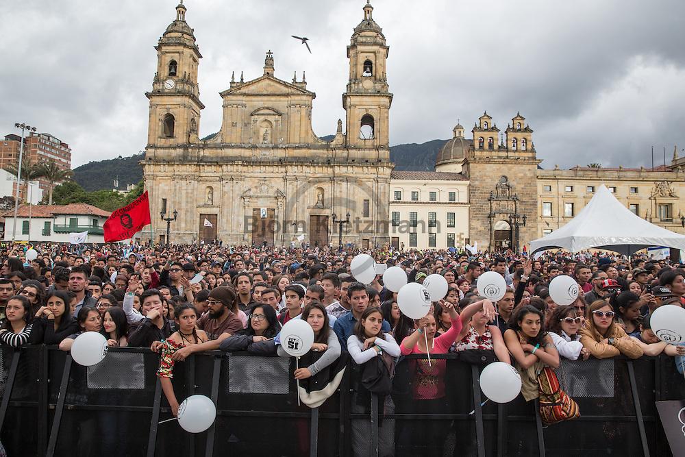 Bogota, Cundinamarca, Colombia - 09.09.2016        <br /> <br /> Thousands of people gather at the Festival Paz al Parque on the Bolivar Square in Bogota to protest for the peace agreement between the Colombian government and the FARC. A referendum about the peace contract will take place on the 2nd of October this could be end of the 52 years long war between FARC and the Colombian government.<br /> <br /> Viele Tausend Menschen versammelten sich auf dem Bolivar Platz in Bogota zum Festival Paz al Parque um fuer das Friedensabkommens zwischen der kolumbianischen Regierung und der FARC zu protestieren. Am 02. Oktober findet ein Volksentscheid ueber den Friedensvertrag statt, sollte dieser Angenommen werden wuerde der 52-jaehriger Krieg zwischen der FARC und der Regierung enden.<br />  <br /> Photo: Bjoern Kietzmann