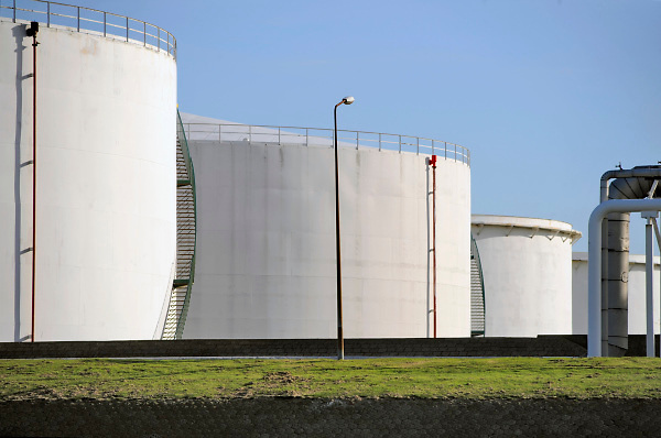Nederland, Rotterdam, 12-9-2017 Opslagtanks, olieverwerkende industrie, een terrein met opslagtanks en raffinage voor olie. Rotterdam is in Europa de grootste importhaven en een van de grootste ter wereld voor overslag en raffinage van ruwe olie. De aangevoerde olie wordt voor ongeveer de helft gebruikt door raffinaderijen van Shell, BP, Esso, Exxon Mobil, Kuwait Petroleum, en Koch. De rest wordt per pijpleiding naar Vlissingen, Belgie en Duitsland overgeslagen. Foto: Flip Franssen