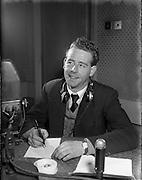 01/03/1956<br /> 03/01/1956<br /> 01 March 1956<br /> Radio Review special for Radio Eireann Junior Sports Magazine show. Leo Nealon, G.A.A. reporter on Junior Sports Magazine show from Radio Eireann at R.E. Studios.