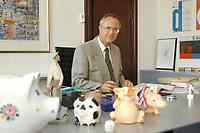 30 AUG 2001, BERLIN/GERMANY:<br /> Hans Eichel, SPD, Bundesfinanzminister, mit Sparschweinen an seinem Schreibtisch, Bundesministerium der Finanzen<br /> Hans Eichel, federal Minister of Financail Affairs, behind his desk, in his office<br /> IMAGE: 20010830-01-023