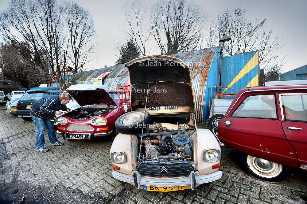 Nederland, Amsterdam , 9 december 2011..Buren van de Hell's Angels zoals op de foto o.a. Johan van garage Ruimzicht krijgen veel minder oprotpremie van de gemeente dan de Hell's Angels...Foto:Jean-Pierre Jans