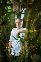 Vico Crocco é um chef gaúcho que pratica uma gastronomia contemporânea, criativa e requintada. Gosta de combinar produtos regionais, tem um olhar voltado para o simples e para as origens dos alimentos, e com base nisso desenvolve sua identidade como cozinheiro. FOTO: Jefferson Bernardes/ Agência Preview