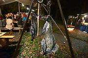 Nederland, Nijmegen, 30-8-2014Gebroeders van Limburg festival in het valkhof, valkhofpark. In de late Middeleeuwen was Nijmegen met de Valkhofburcht de belangrijkste stad in hertogdom Gelre. De drie rond 1380 in Nijmegen geboren gebroeders van Limburg waren beroemde tekenaars en kopiisten die vooral aan het franse hof furore maakten. Met het Gebroeders van Limburgfestival eert de stad hen. Het festival is geinspireerd op de miniaturen die zij maakten, waarbij figuranten het dagelijks leven naspelen. In de avond was er middeleeuws eten, en muziek met fluit, trommel en fagot. Gans, duif, gevogelte,dodeFoto: Flip Franssen/Hollandse Hoogte