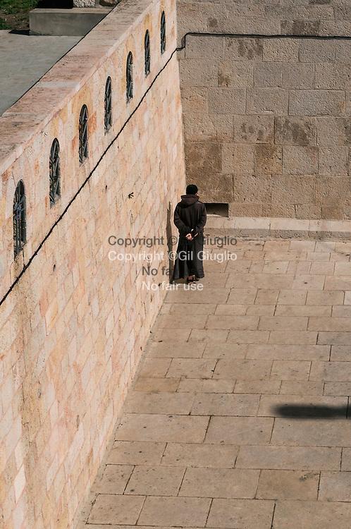 Israël, Jérusalem, moine orthodoxe à l'intérieur monastère de la Porte du Lion au pied du Mont des Oliviers // Israel, Jerusalem, orthodoxe monk inside monastery of the Lion Door just down the Mount of Olives