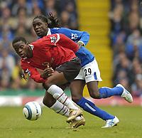 Fotball<br /> Premier League England<br /> 2004/2005<br /> 16.10.2004<br /> Foto: SBI/Digitalsport<br /> NORWAY ONLY<br /> <br /> Birmingham City v Manchester United<br /> <br /> Manchester United's Luis Saha (L) keeps his balance against Birmingham's Mario Melchiot