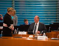 DEU, Deutschland, Germany, Berlin, 09.09.2020: Bundesfamilienministerin Dr. Franziska Giffey (SPD) und Kanzleramtsminister Helge Braun (CDU) vor Beginn der 112. Kabinettsitzung im Bundeskanzleramt. Aufgrund der Coronakrise findet die Sitzung derzeit im Internationalen Konferenzsaal statt, damit genügend Abstand zwischen den Teilnehmern gewahrt werden kann.