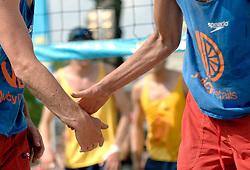 18-06-2006 VOLLEYBAL: CITY BEACH TOUR: GOUDA<br /> De finales van de City Beach! Tour stond dit weekend op de markt van Gouda / beach item groet <br /> ©2006-WWW.FOTOHOOGENDOORN.NL