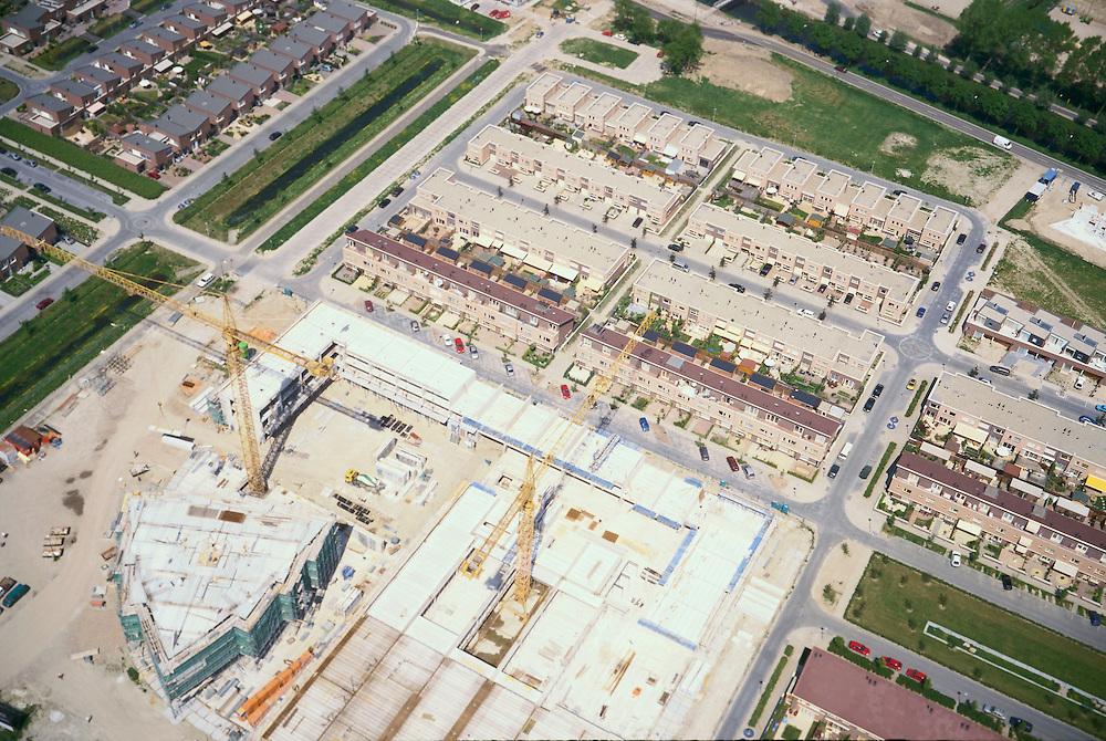 Nederland, Nederland, Vleuten - de Meern, Leidsche Rijn, 17/05/2002; nieuwbouw wijk met eengezinswoningen (inclusief tuintjes en schuttingen van de Gamma)  op de zich immer uitbreidende VINEX lokatie; verstedelijking wonen volkshuisveting ruimtelijke ordening;<br /> luchtfoto (toeslag), aerial photo (additional fee)<br /> foto /photo Siebe Swart