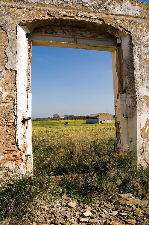 Spanje, Carmona,  30 januari 2008.Toegangspoort van een verlaten en vervallen boerderij tussen Carmona en Sevilla..Ontvolking van het platteland ook hier. ..Foto (c) Michiel Wijnbergh.Depopulation of the countryside