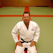 Judoleraar John Bakker op de vloer van de dojo sportschool Rebel Huizen