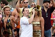 De jaarlijkse Canal Parade is onderdeel van de Amsterdam Gay Pride. Tijdens dit evenement vieren lesbiennes, homos, biseksuelen en transgenders (LHBT) dat ze mogen zijn wie ze zijn en mogen houden van wie ze willen. <br /> <br /> The annual Canal Parade is part of the Amsterdam Gay Pride. During this event lesbians, homosexuals, bisexuals and transgenders (LGBT) celebrate that they can be who they are and are allowed to love who they want.<br /> <br /> Op de foto / On the photo:  Guido Spek