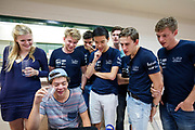 Teamleden kijken naar een filmpje dat gemaakt is van hun reis. Het Human Power Team Delft en Amsterdam, dat bestaat uit studenten van de TU Delft en de VU Amsterdam, is in Amerika om tijdens de World Human Powered Speed Challenge in Nevada een poging te doen het wereldrecord snelfietsen voor vrouwen te verbreken met de VeloX 7, een gestroomlijnde ligfiets. Het record is met 121,44 km/h sinds 2009 in handen van de Francaise Barbara Buatois. De Canadees Todd Reichert is de snelste man met 144,17 km/h sinds 2016.<br /> <br /> With the VeloX 7, a special recumbent bike, the Human Power Team Delft and Amsterdam, consisting of students of the TU Delft and the VU Amsterdam, wants to set a new woman's world record cycling in September at the World Human Powered Speed Challenge in Nevada. The current speed record is 121,44 km/h, set in 2009 by Barbara Buatois. The fastest man is Todd Reichert with 144,17 km/h.