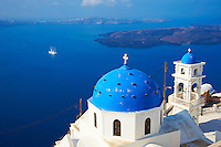 Grece, les Cyclades, Iles Egéennes,  Ile de Santorin (Thira), village de Thira, eglise, dome bleu // Greece, Cyclades, Santorini island, Thira village, church with blue dome