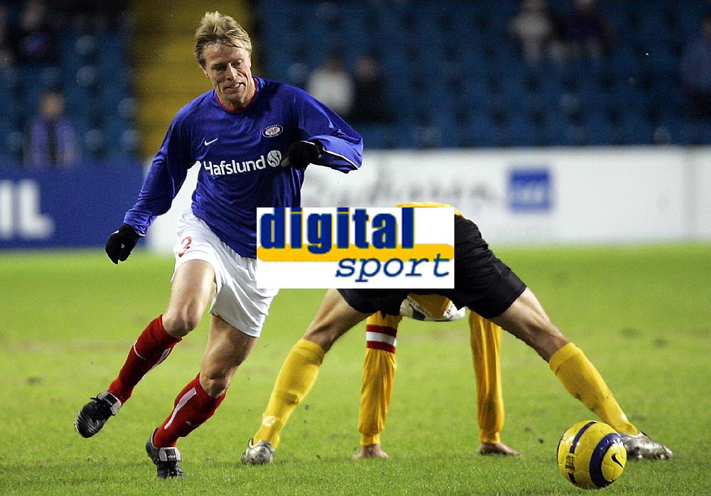 Fotball , 27. november 2005 , Royal League , Vålerenga - Start ,  Jan Derek Sørensen ,Vålerenga slår en tunnel på Bård Borgersen , Start