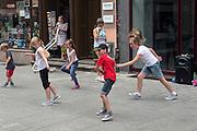 Toruń (województwo kujawsko-pomorskie) 22.07.2016. Uliczni tancerze, centrum miasta.