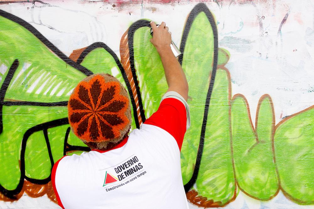 Santa Luzia_MG, 01 de Marco de 2010...Oficina de grafite do projeto Fica Vivo, um projeto de prevencao a violencia urbana, no bairro Palmital, Santa Luzia, Minas Gerais...The graffiti workshop in Fica Vivo project in Palmital neighborhood, Santa Luzia, Minas Gerais. ..Foto: MARCUS DESIMONI / NITRO