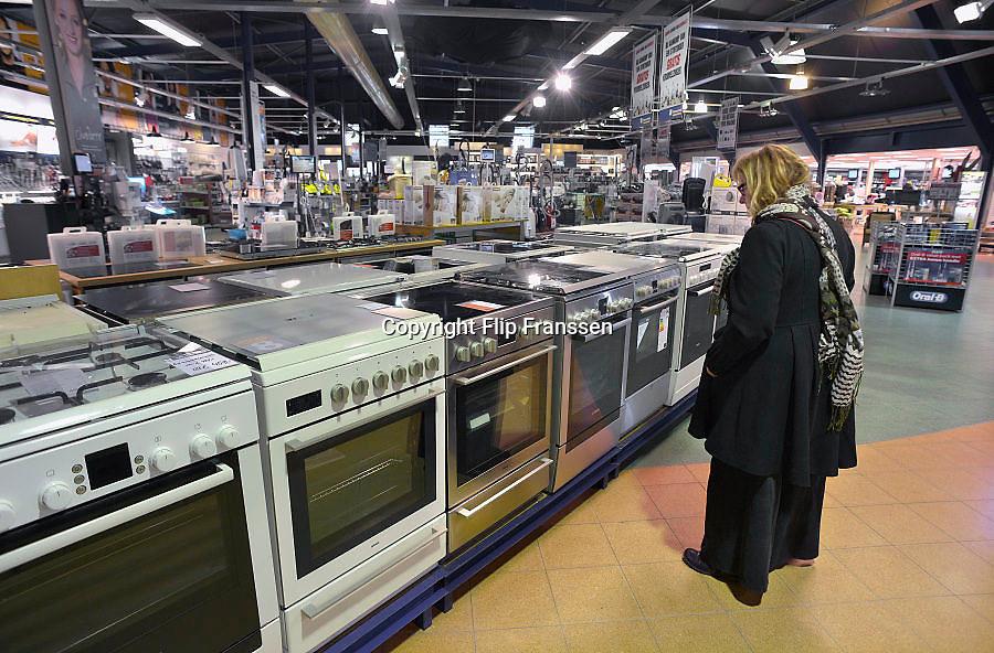 Nederland, Haren, 18-2-2013Vrouw bekijkt fornuizen bij de witgoedwinkel van de Harense Smid.Foto: Flip Franssen/Hollandse Hoogte