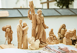 THEMENBILD - handgeschnitzte Holzfiguren an einem Verkaufsstand, aufgenommen am 25. August 2019, Piesendorf, Österreich // handcarved wooden figures at a sales booth on 2019/08/25, Piesendorf, Austria. EXPA Pictures © 2019, PhotoCredit: EXPA/ Stefanie Oberhauser