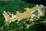 MEXICO, MAYAN, YUCATAN Chichén Itzá; El Castillo and ballcourt