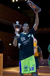 13-03-2011 BASKETBAL: HEREN ALL STAR GALA: ZWOLLE<br /> Markel Humphrey USA (Magixx Nijmegen) wordt MVP van de wedstrijd, beker<br /> ©2011-WWW.FOTOHOOGENDOORN.NL / Peter Schalk