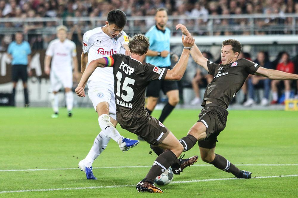 Fussball: 2. Bundesliga, FC St. Pauli - Holstein Kiel 2:1, Hamburg, 26.08.2019<br /> Jae Sung Lee (Kiel, M.) - Daniel Buballa (Pauli, l.)<br /> © Torsten Helmke