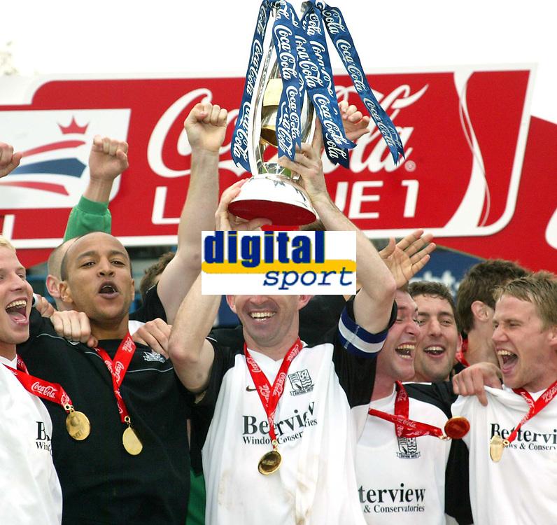 Photo: Chris Ratcliffe.<br />Southend United v Bristol City. Coca Cola League 1. 06/05/2006.<br />Kevin Maher, captain of Southend United lifts the trophy.