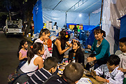 Niños se maquillan para festejar el Halloween cerca de una carpa de acopio en la Unidad Habitacional Tlalpan, el 1 de noviembre de 2017 /  Kids get some makeup before they participate in Halloween celebrations near a storage tent in Unidad Habitacional Tlalpan on November 1st, 2017. During the earthquake, 9 people died in the place, including 4 minors. (Prometeo Lucero)