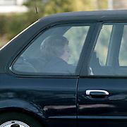 Koninging Beatrix vertrekt bij tandarts Beekmans in Laren in haar bomvrije Ford Scorpio