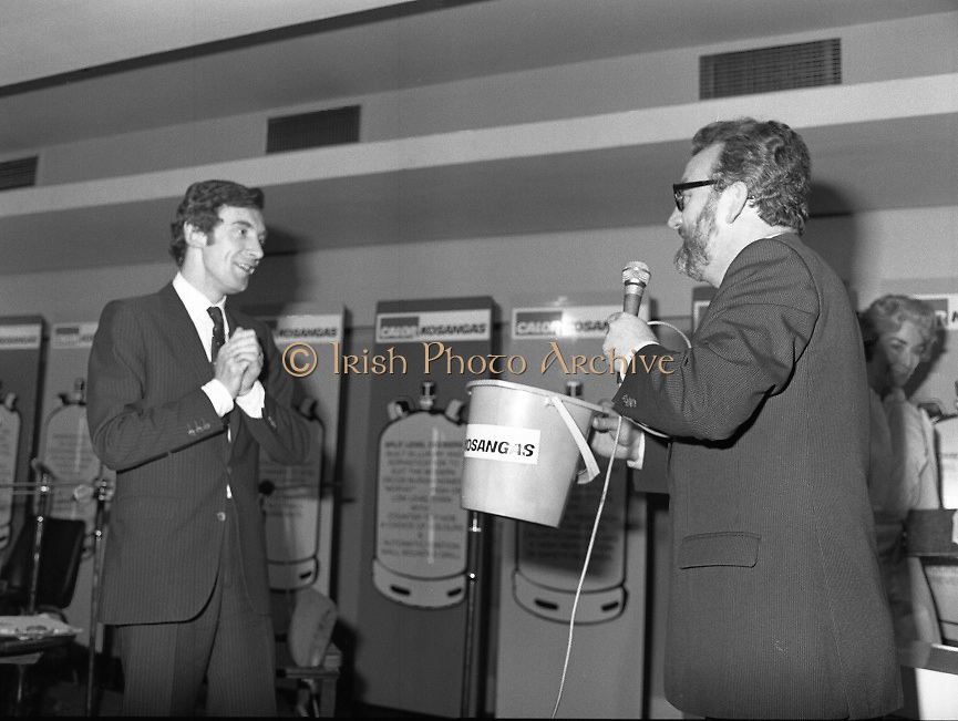 """Calor Kosangas Housewife of the Year - Dublin Regional Final.26/10/1982  26.10.1982..""""Calor Kosangas Housewife Of The Year 1982"""". Dublin Regional Final..The final was held in the Gresham Hotel,O'Connell St,Dublin. The winner was Mrs.,Deirdre Ryan,Derrypatrick,Drumree,Co Meath..Mr Morgan O'Sullivan (left) and Mr Michael Higgins, general Sales manager,Calor Kosangas organise a """"Lucky Dip""""."""