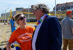 20150627 NED: WK Beachvolleybal day 2, Scheveningen<br /> Nederland heeft er sinds zaterdagmiddag een vermelding in het Guinness World Records bij. Op het zonnige strand van Scheveningen werd het officiële wereldrecord 'grootste beachvolleybaltoernooi ter wereld' verbroken. Maar liefst 2355 beachvolleyballers kwamen zaterdag tegelijkertijd in actie / Frank van Overeem