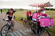 Koeriers verlaten een checkpoint. In Nieuwegein wordt het NK Fietskoerieren gehouden. Fietskoeriers uit Nederland strijden om de titel door op een parcours het snelst zoveel mogelijk stempels te halen en lading weg te brengen. Daarbij moeten ze een slimme route kiezen.<br /> <br /> Messengers leaving a checkpoint. In Nieuwegein bike messengers battle for the Open Dutch Bicycle Messenger Championship.