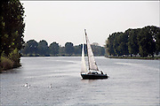 Nederland, Overasselt, 26-4-2007..Een zeilboot vaart op de rivier de Maas...Foto: Flip Franssen/Hollandse Hoogte