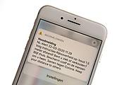 Overheid stuurt NL-Alert uit<br /> <br /> Iedereen met een smartphone heeft een NL-Alert ontvangen van de Rijksoverheid. Daarin wordt nogmaals opgeroepen om 1,5 meter afstand te houden.<br /> <br /> 'Volg instructies Rijksoverheid op: houd 1,5 meter afstand! Bent u ziek of verkouden? Blijf thuis. Bescherm uzelf en de mensen om u heen. Samen tegen Corona,' schrijft de Rijksoverheid in de NL-Alert