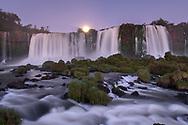 Mondaufgang über dem oberen Teil der Iguassufälle, Parana, Brasilien<br /> <br /> Moonrise over the upper part of the Iguassu Falls, Parana, Brazil