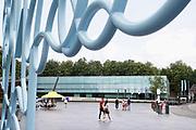 Nederland, Nijmegen, 31-7-2019 Gemeentelijk museum voor oudheid en moderne kunst het Valkhof. In de volksmond Het Zwembad genoemd. Permanente expositie van de collectie Romeinse items uit opgravingen in de omgeving, regio, zoals helmen, gezichtsmaskers, aardewerk, glaswerk en een triomfzuil . Het museum zit in zwaar weer vanwege het sterk teruglopend bezoekersaantal. Een ontwerp van Ben van Berkel . De loze binnenruimte die door de grote trap gedomineerd wordt oogst veel kritiek FOTO: FLIP FRANSSEN