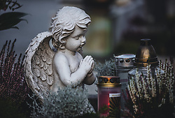 THEMENBILD - Allerheiligen und Allerseelen - eine Engel Figur und Kerzen auf einem Grab . Am 1. November, gedenken Katholiken- aller Menschen, die in der Kirche als Heilige verehrt werden. Das Fest Allerseelen am darauf folgenden 2. November, ist dem Gedaechtnis aller Verstorbenen gewidmet, aufgenommen am 18. Oktober 2018, Ort, Österreich // All Saints 'Day and All Souls' Day - an angel figurine and candles on a grave. On November 1, Catholics commemorate all people worshiped as saints in the Church. The feast of All Souls on the following 2nd of November, is dedicated to the memory of all the deceased on 2018/10/18, Ort, Austria. EXPA Pictures © 2018, PhotoCredit: EXPA/ Stefanie Oberhauser